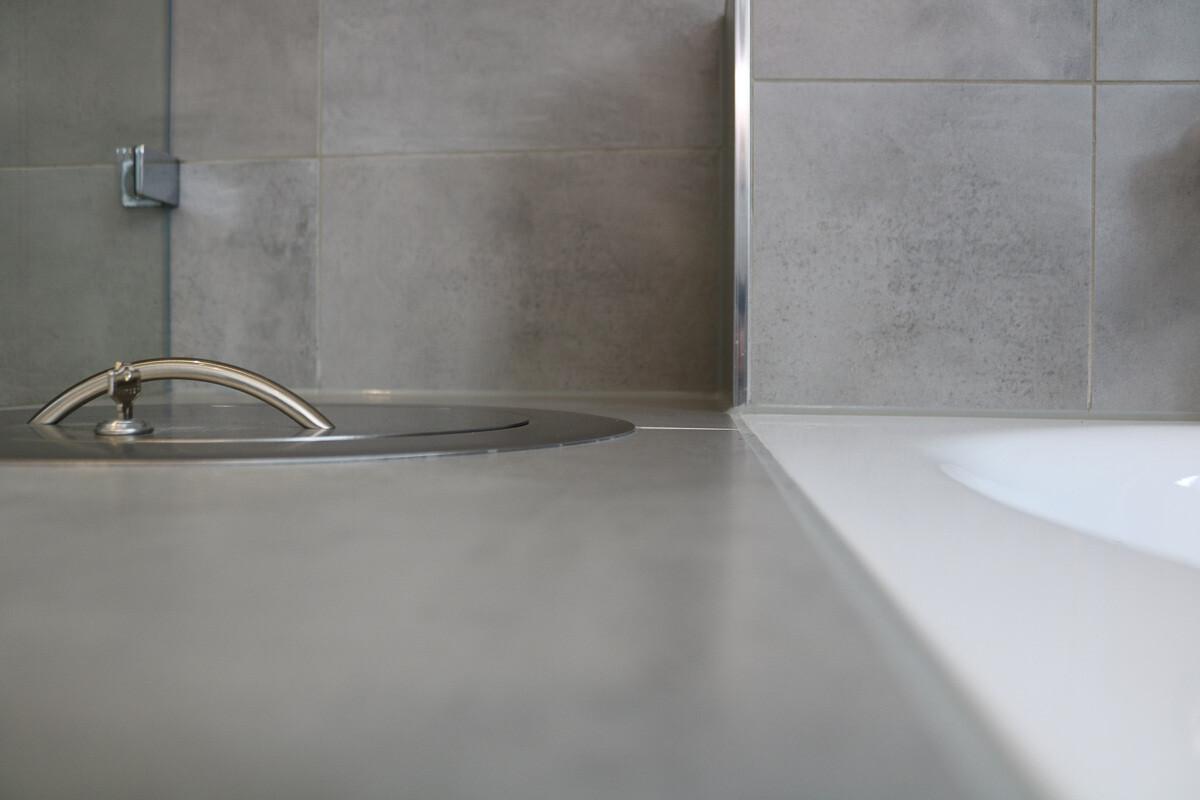 Fallrohrleitung für Wäsche in die Badewannenablage integriert